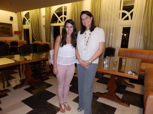 Η βουλευτής Νίκη Καραμέως χθες στον «Αίνο» με τη ρεπόρτερ του «Η» Μαρία Κουλουμπή