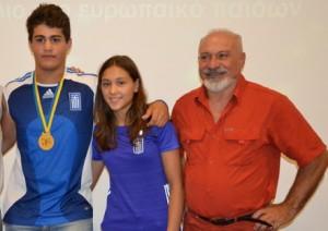 Οι πρωταθλητές Αρσης Βαρών Α. Μεταξά και ο Β. Γαλιατσάτος με τον προπονητή Ν. Γαλιατσάτο
