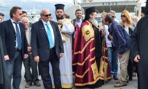 Ο περ. σύμβουλος κ. Παν. Φιλίππου ενώ φιλάει τον σταυρό.