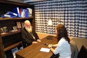 Ο Αρχιεπίσκοπος κ. Ιερώνυμος ενώ συζητάει με την Γιάννα Κουλουμπή