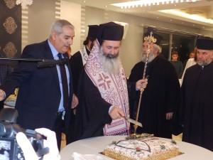 Ο Μητροπολίτης κ. Δημήτριος ενώ κόβει την πρωτοχρονιάτικη πίτα με τον πρόεδρο της ΕΠΣΚΙ κ. Βαγγέλη Μαζαράκη.