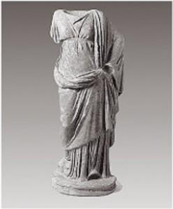 Το άγαλμα απεικονίζει μια ντυμένη θνητή γυναίκα ή θεά με μακρύ χιτώνα ζωσμένο κάτω από το στήθος και ιμάτιο που καλύπτει την πλάτη και τον αριστερό ώμο. O τύπος του αγάλματος εχρησιμοποιείτο από τα κλασικά χρόνια για να απεικονίσει θεότητες
