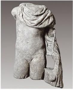 Το άγαλμα απεικονίζει ακέφαλο όρθιο γυμνό νέο που φέρει χλαμύδα στους ώμους, στον τύπο του Ερμή ή του Γανυμήδη. Στην πλήρη του μορφή, το άγαλμα στηριζόταν στην αριστερή πλευρά σε κορμό δένδρου, πάνω στον οποίο έπεφτε η χλαμύδα και ο οποίος εξασφάλιζε τη στήριξη του αγάλματος