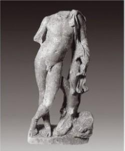 Πρόκειται για ακέφαλο άγαλμα όρθιου γύμνού νέου στον τύπο του «Σατύρου», που συνοδεύεται από μικρό ζώο. Η χαλαρή κάμψη της μορφής απαντάται ήδη στις δημιουργίες του Πραξιτέλη κατά τον 4ο αι. π.Χ. και είναι ιδιαίτερα αγαπητή στους γλύπτες των ελληνιστικών χρόνων