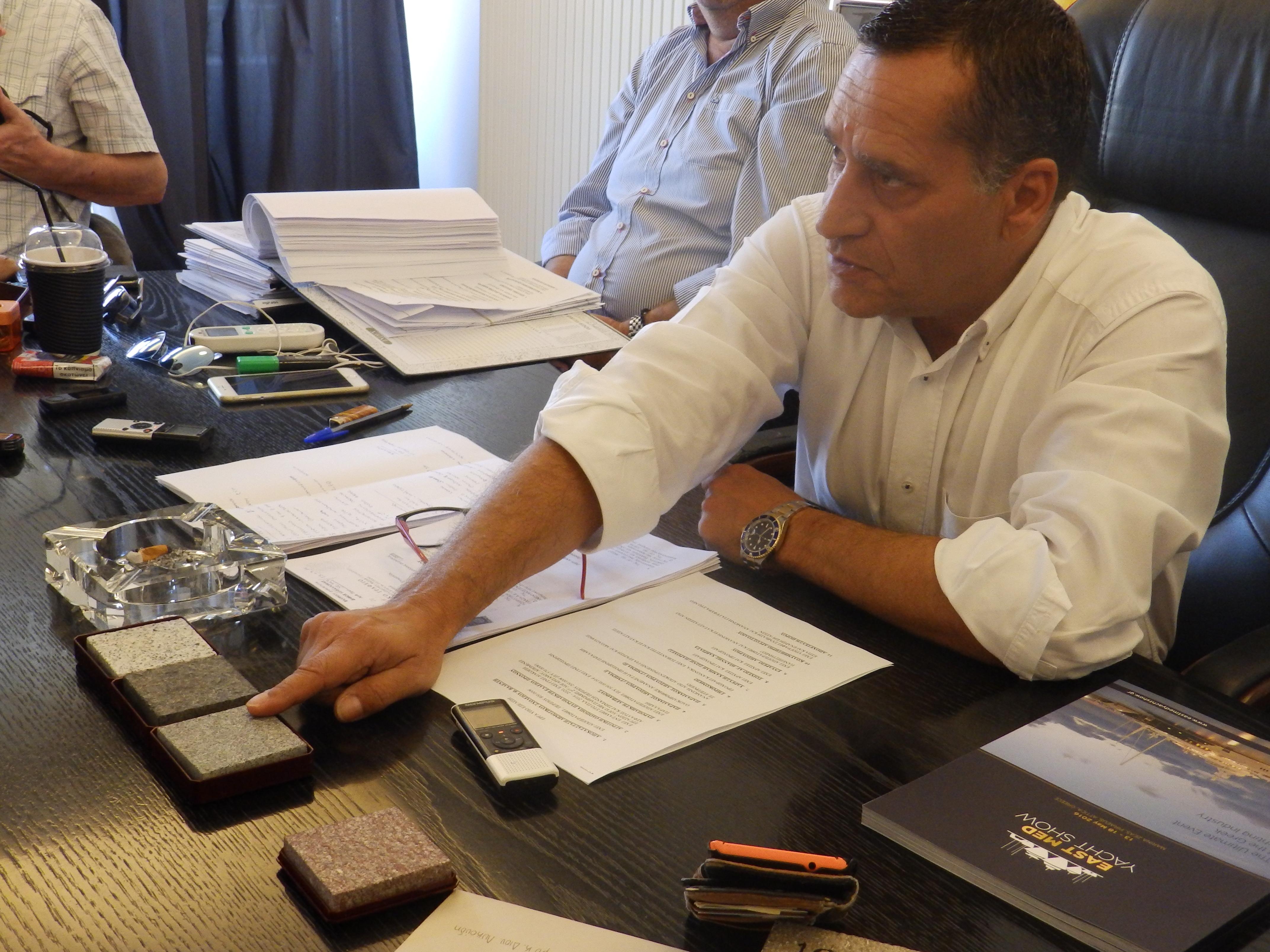 Ο αναπληρωτής δημάρχου κ. Διον. Λυκούδης ενώ δείχνει τα νέα υλικά που θα χρησιμοποιηθούν στα δάπεδα της Κεντρικής Πλατείας.