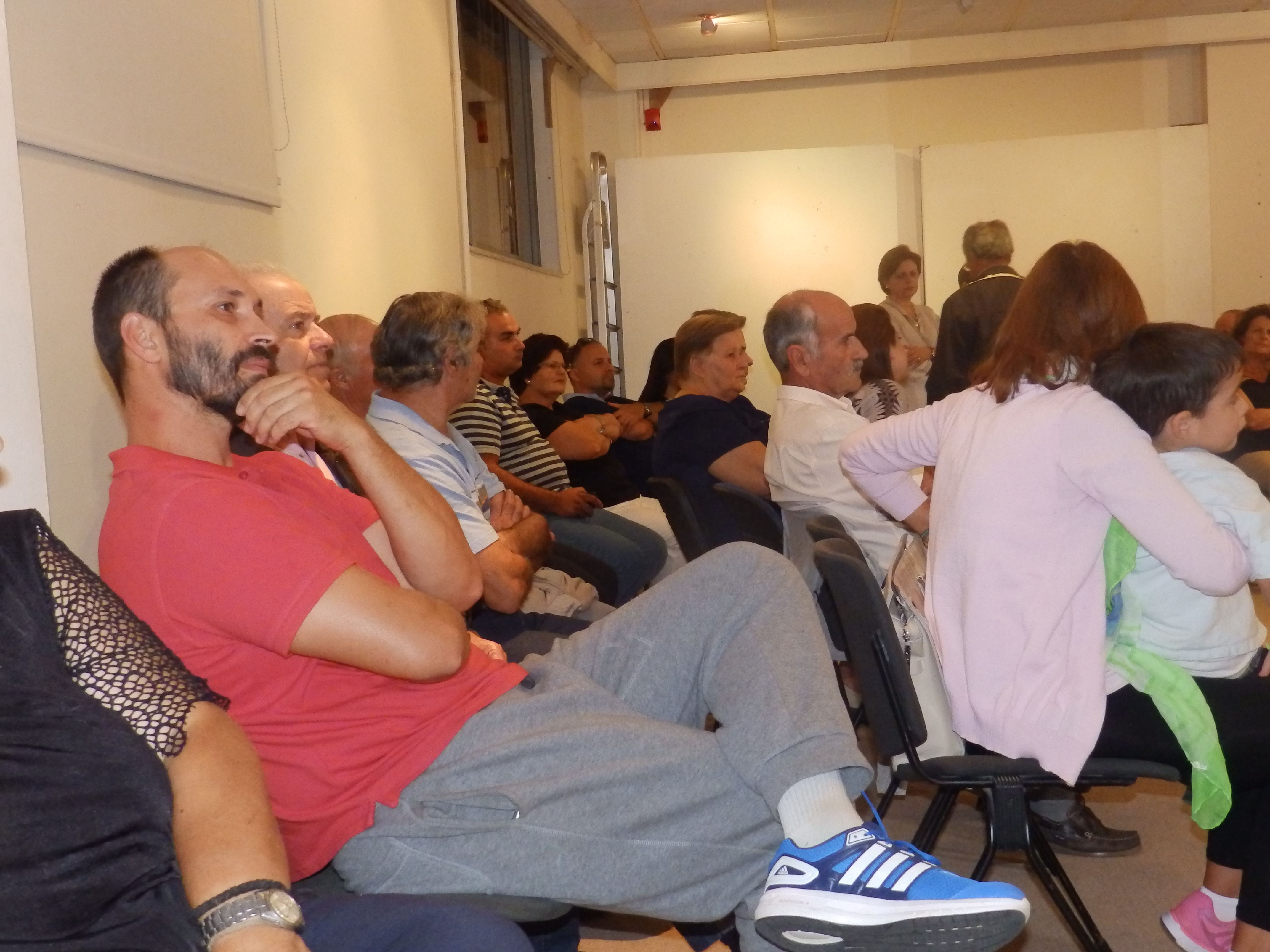 Κάτοικοι της περιοχής του Αεροδρομίου παρακολουθούν την συνεδρίαση