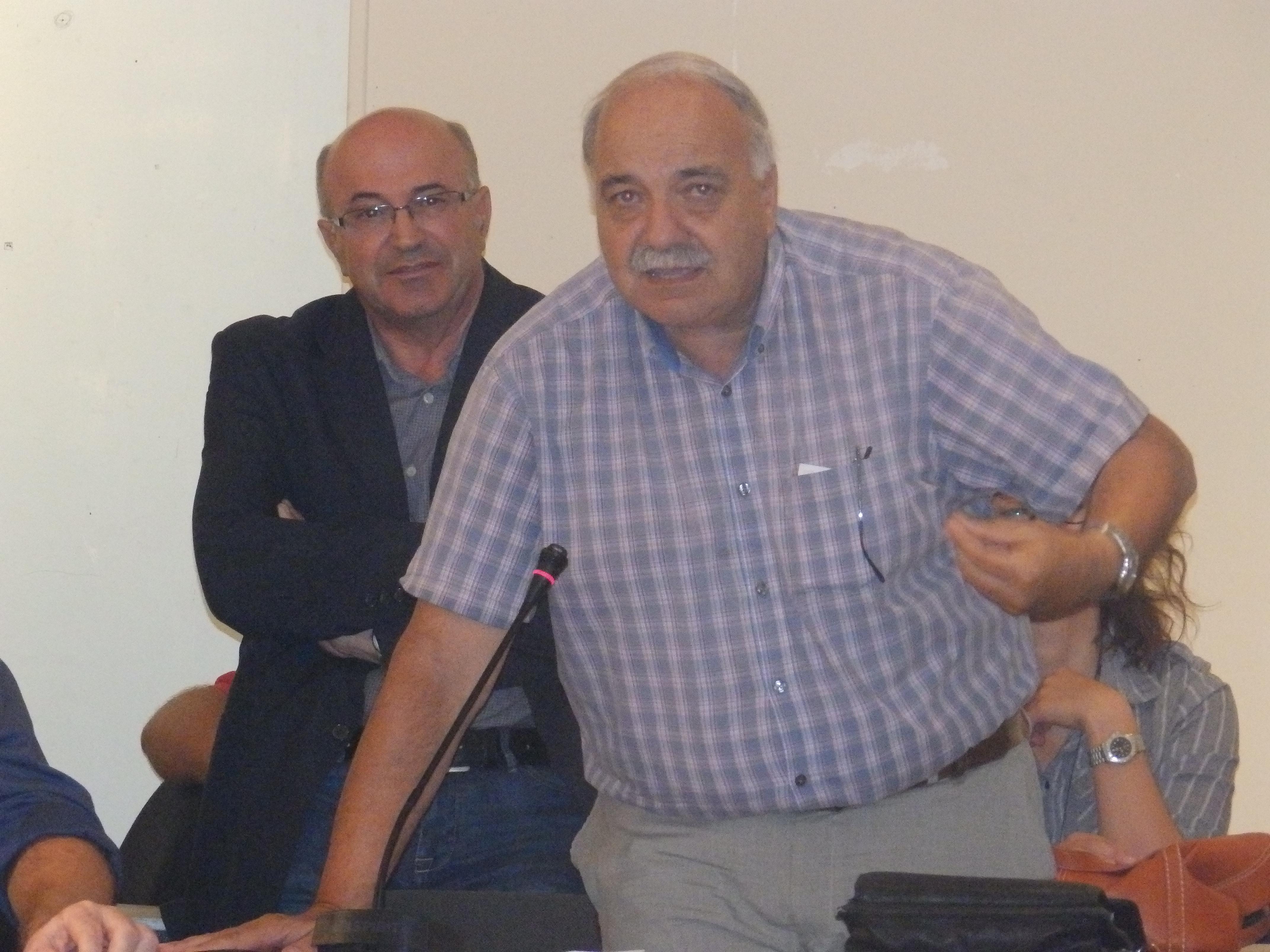 Ο αντιπεριφερειάρχης Τουρισμού κ. Σπύρος Γαλιατσάτος ενώ μιλάει κατά τη συνεδρίαση του Δ.Σ. Πίσω του ο τ. αντιπεριφερειάρχης κ. Σωτήρης Κουρής