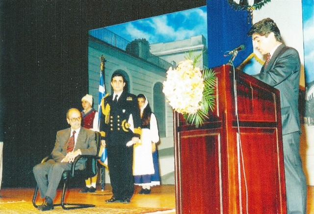 21 Μαϊου 1995: Ο Κωστής Στεφανόπουλος ως Πρόεδρος της Δημοκρατίας τιμάει στην Κεφαλονιά τους Κεφαλλήνες Ριζοσπάστες και ο τότε δήμαρχος Μάκης Φόρτες, με απόφαση του Δ.Σ. τον ανακηρύσσει επίτιμο δημότη Αργοστολίου