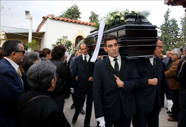Δύο φωτογραφίες από την κηδεία του Γιώργου Γεωργιάδη