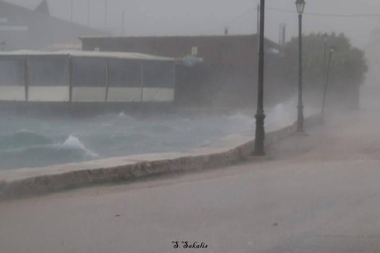 Η χθεσινή νεροποντή στην Κυανή Ακτή (φωτό από Σπ. Σακαλή)